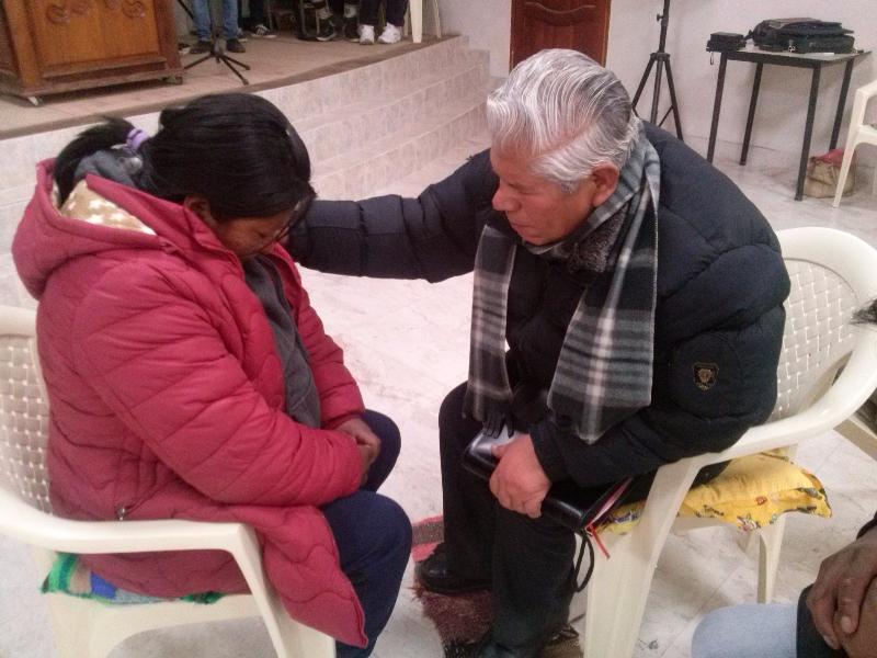 Sesilio orando por un alma entregada a Cristo